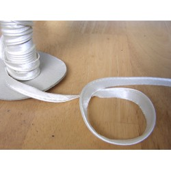 Flanged fabric piping - cream satin